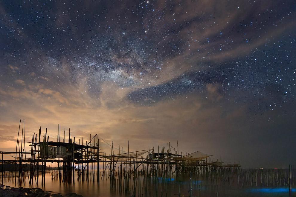 Рыбацкая деревня и звездное небо в Сингапуре