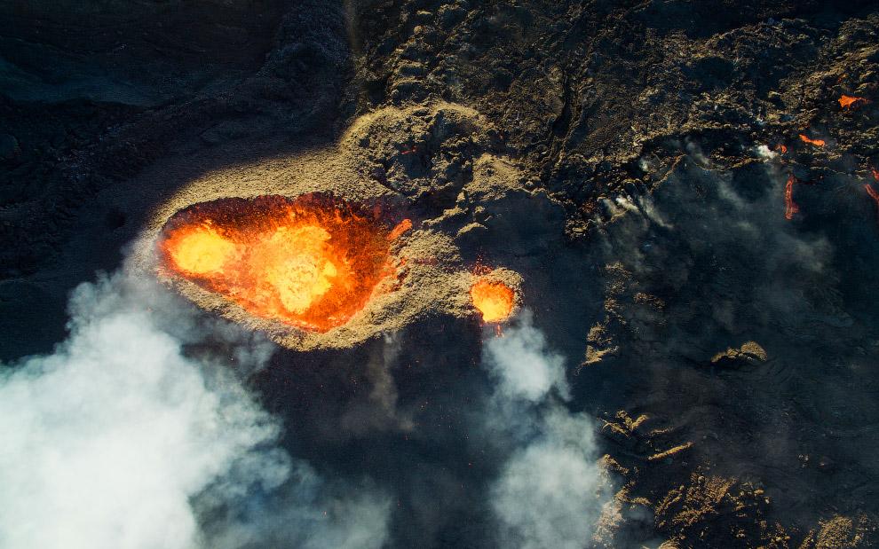 Действующий вулкан Питон-де-ла-Фурнез на юго-востоке острова Реюньон в Индийском океане