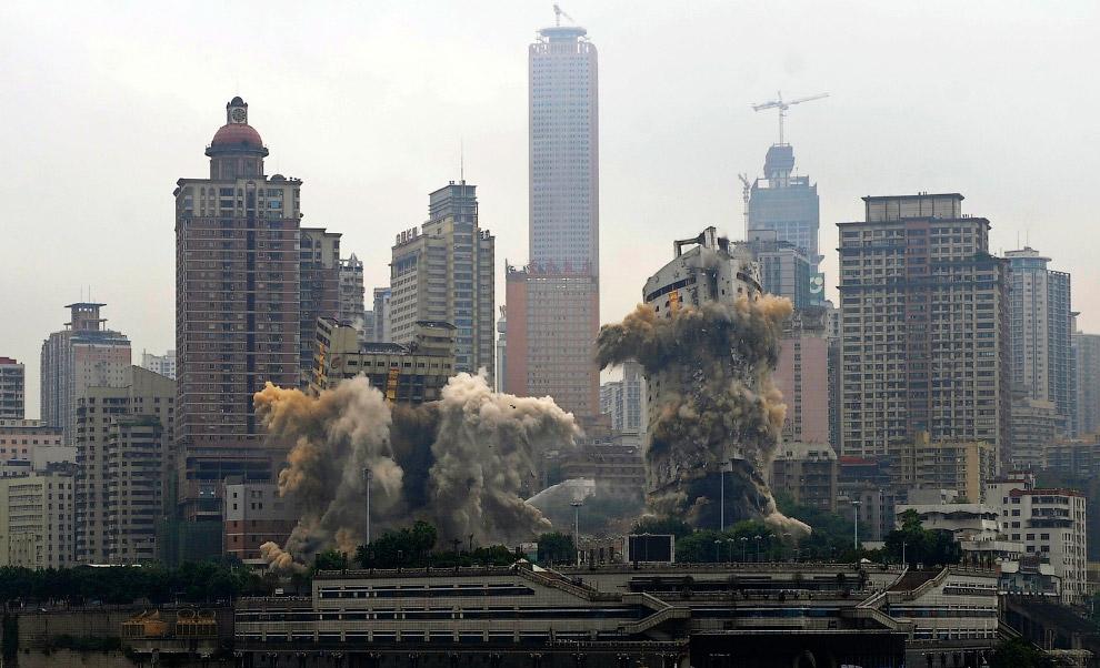 Эффектные подрывы в Чунцине, Китай пассажирского терминала и отеля Три ущелья