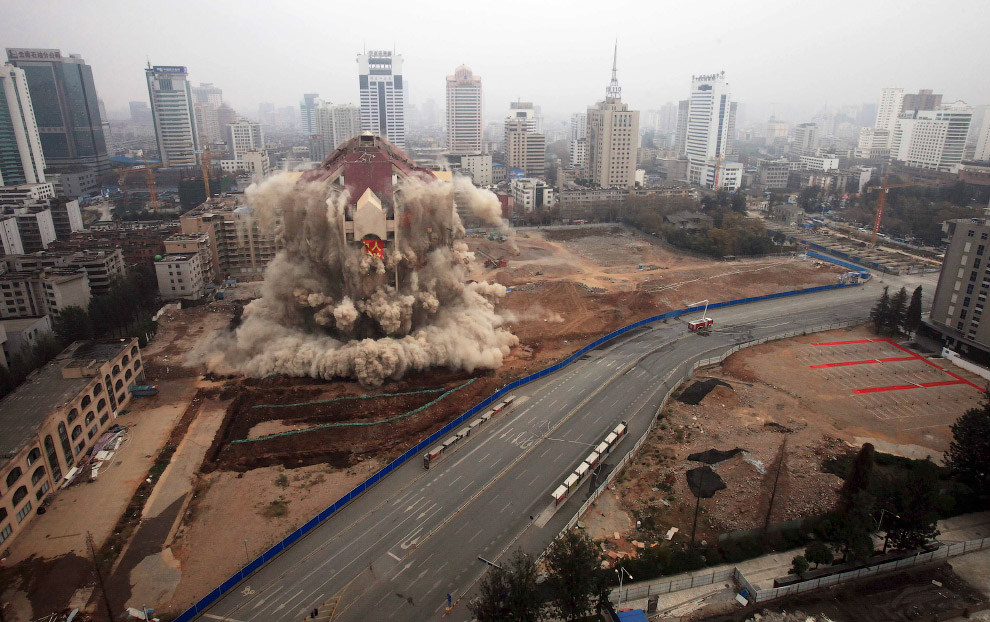 Эффектный контролируемый снос в китайской провинции Юньнань