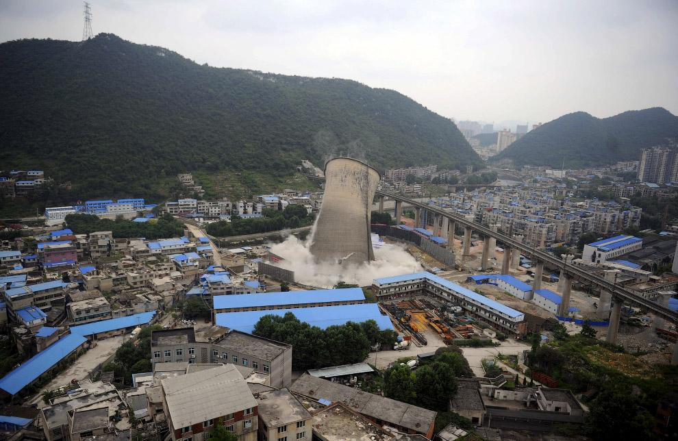 Сложилась после направленного взрыва охлаждающая башня электростанции в провинции Гуйчжоу, Китай