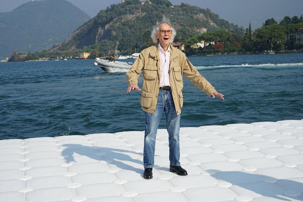 Американский скульптор Христо Явашев пробует свое незаконченное творение