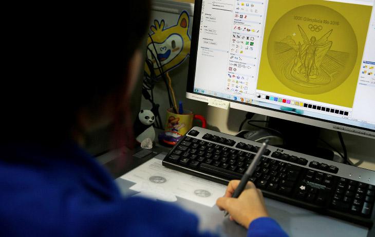 Скульптор из Монетного двора Бразилии работает на компьютере над эскизом медали, Рио-де-Жанейро, Бразилия