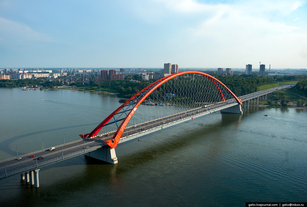 Русловый переход держит полукруглая арка. Высота подвеса арки над водой составляет 80 метров.