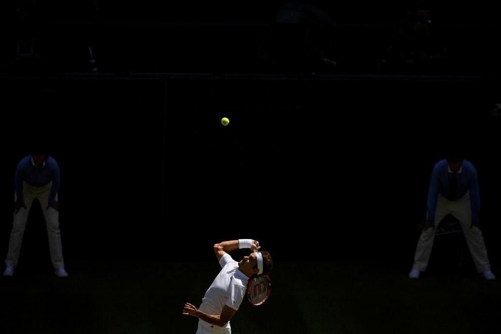 Швейцарец Роджер Федерер на подаче