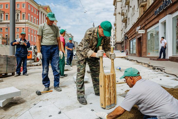 Как укладывают тротуарную плитку на Тверской