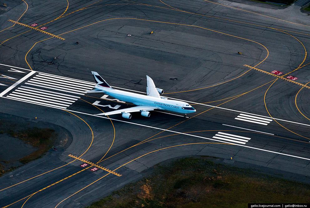 Взлёт грузового самолёта Boeing-747 авиакомпании Cathay Pacific Cargo.
