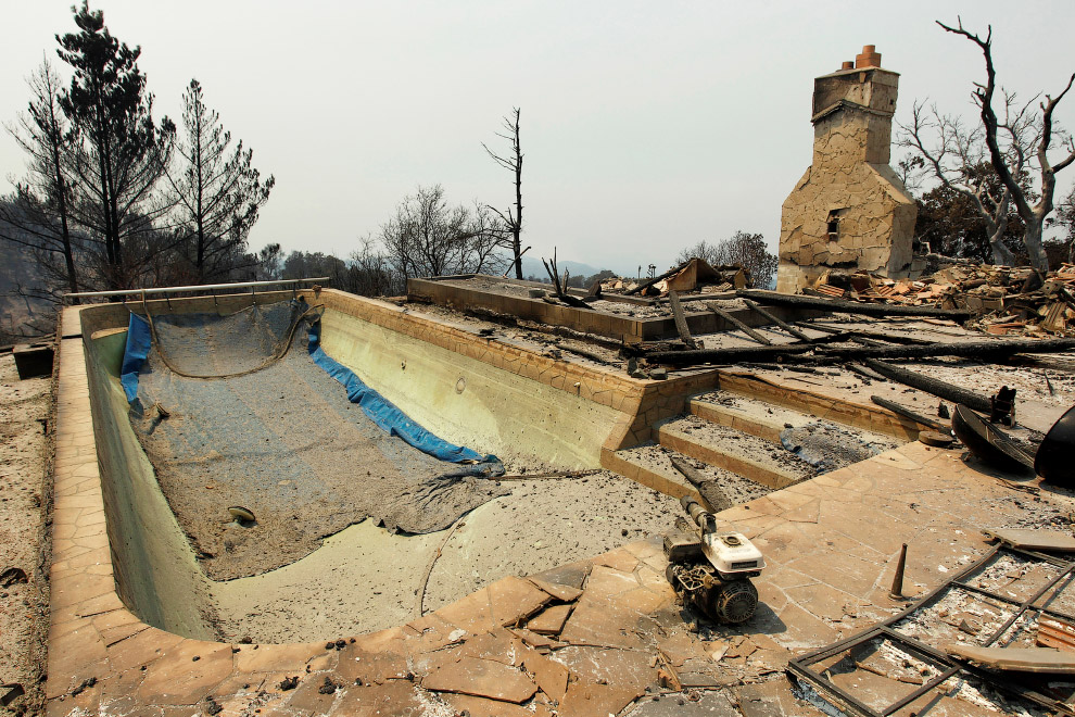 Бывший бассейн бывшего дома в штате Калифорния