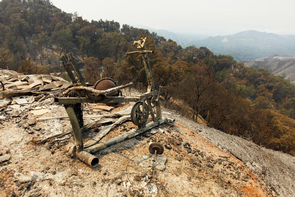 Сгоревший тренажёр на вершине холма выглядел эпично