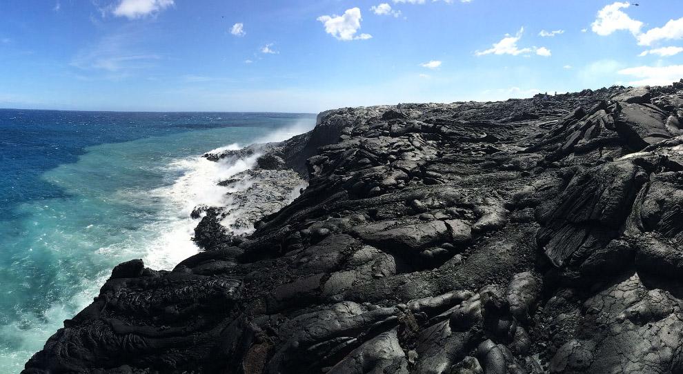 Место, где поток лавы, шириной около 250 м, входит в океан