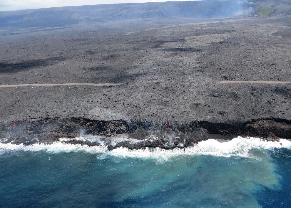 Путь лавы и сама лава, впадающая в океан