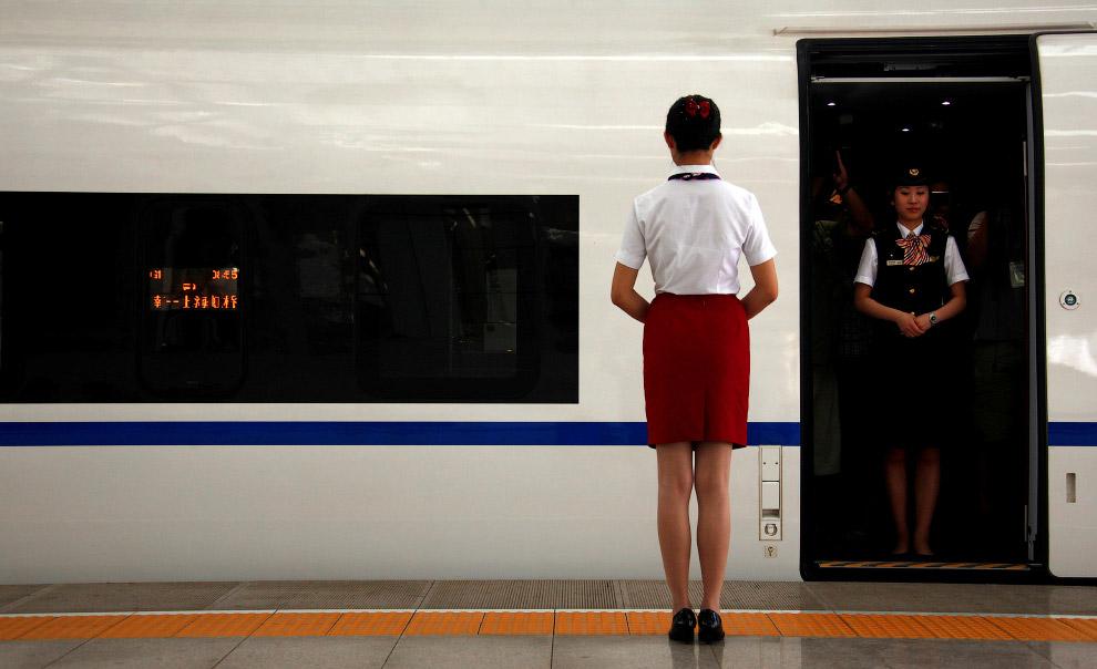 Проводники у скоростного поезда