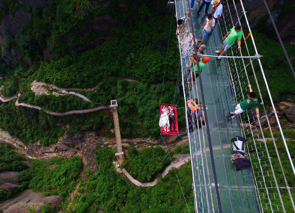 В Китае очень любят возводить стеклянные мосты