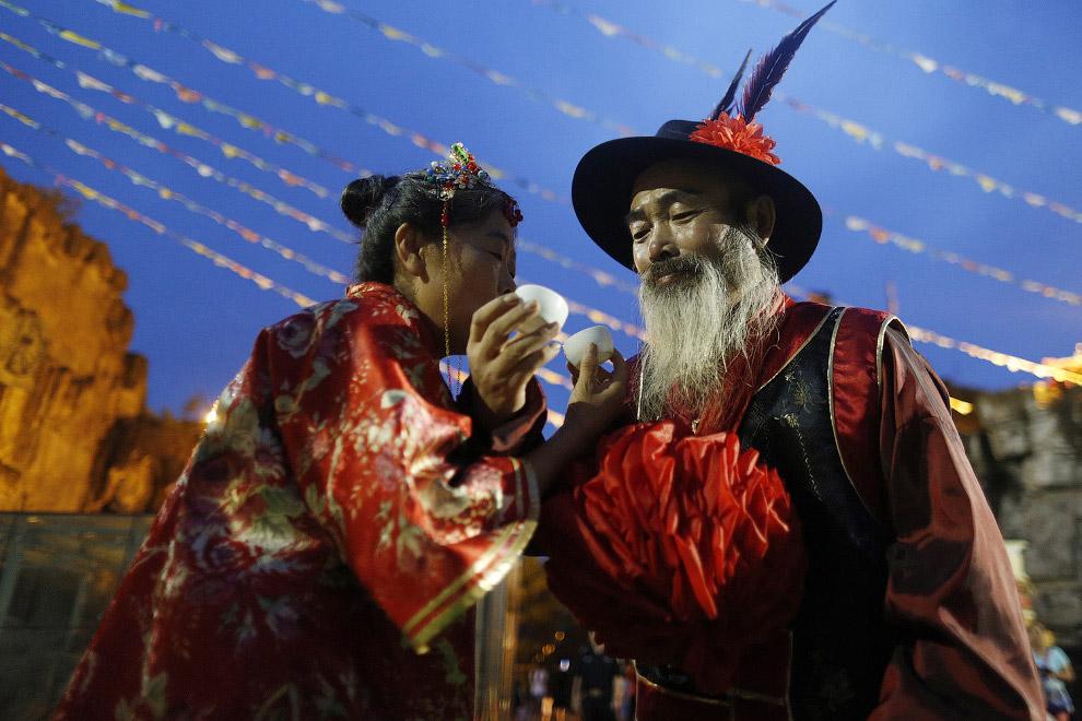 Традиционная китайская свадьба в городе Ханчжоу на востоке Китая