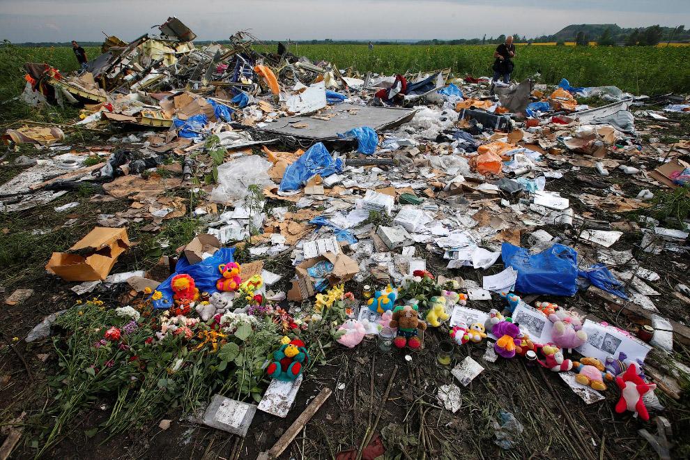 Цветы и памятные подарки, оставленные местными жителями на месте крушения