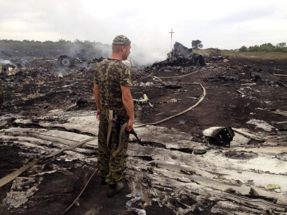 Горящие обломки рейса MH17 после крушения