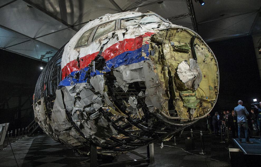 Останки лайнера Боинг 777, перевезенные в Нидерланды
