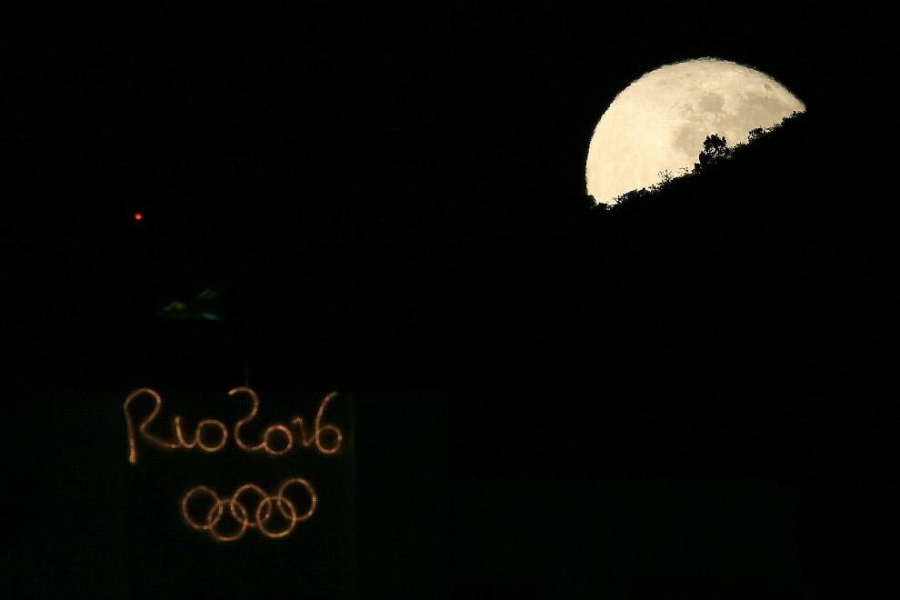 Полнолуние на Олимпиаде 2016 в районе Копакабана города Рио-де-Жанейро