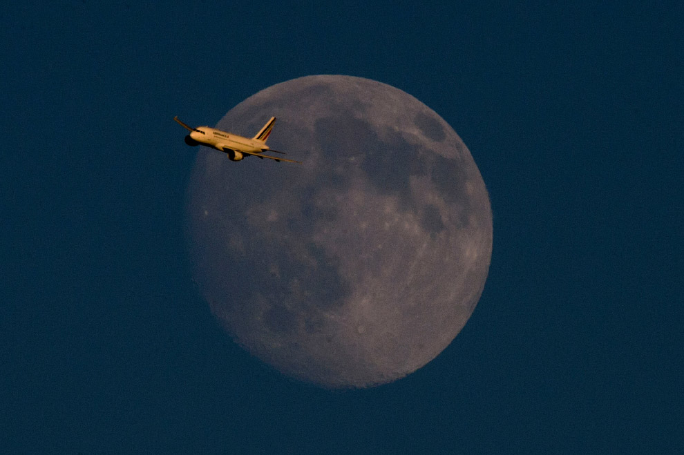 Полнолуние и самолёт,летящий из Парижа в Лондон