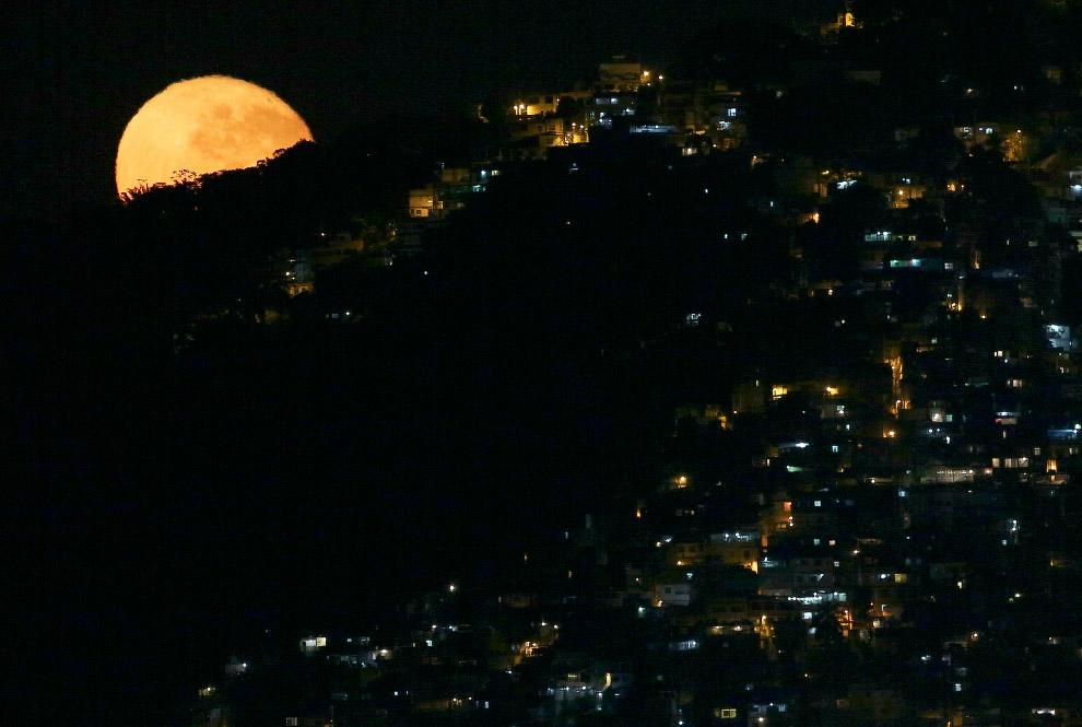 Полная Луна выглядывает в трущобах Рио-де-Жанейро, где проходит Олимпиада
