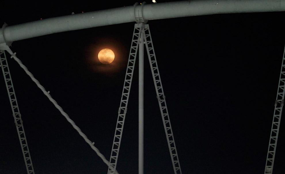 Полная Луна решила заглянуть на олимпиаду и повисла над главным стадионом в Рио