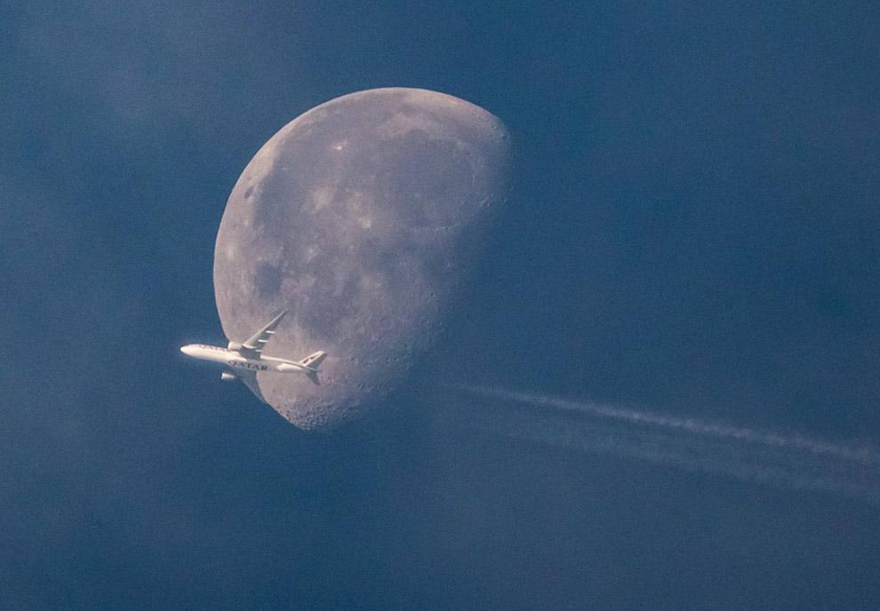 Луна и самолет в Германии