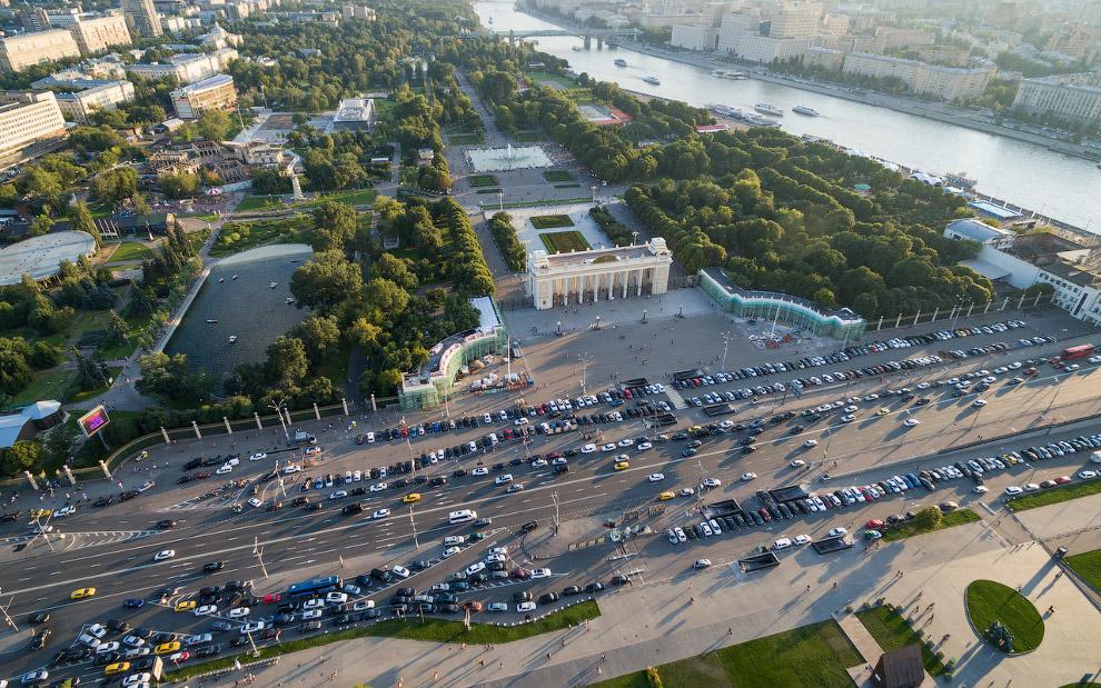 Пионерский пруд и Главная арка парка Горького