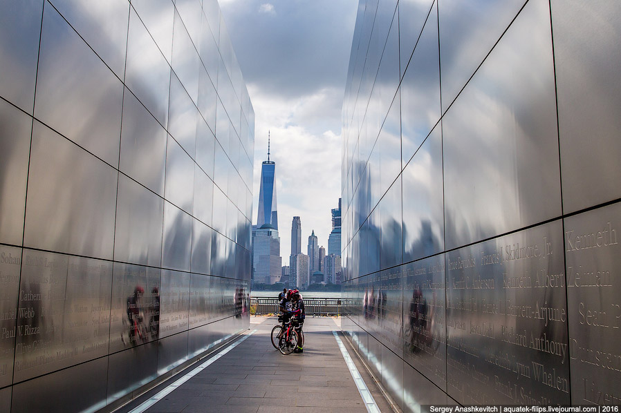 Взгляд на Нижний Манхетен от мемориала жертвам 11 сентября