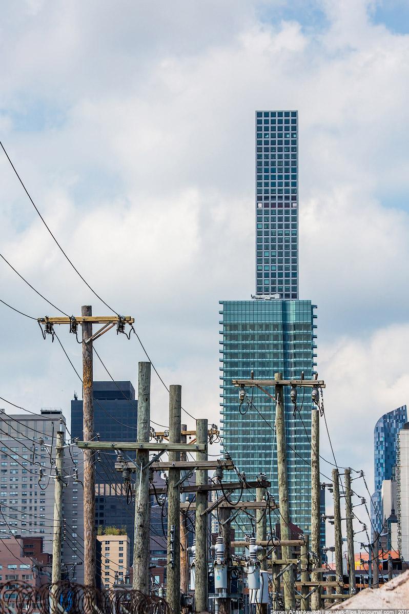Мидл Фингер Тауер и деревянные столбы Лонг Айленда
