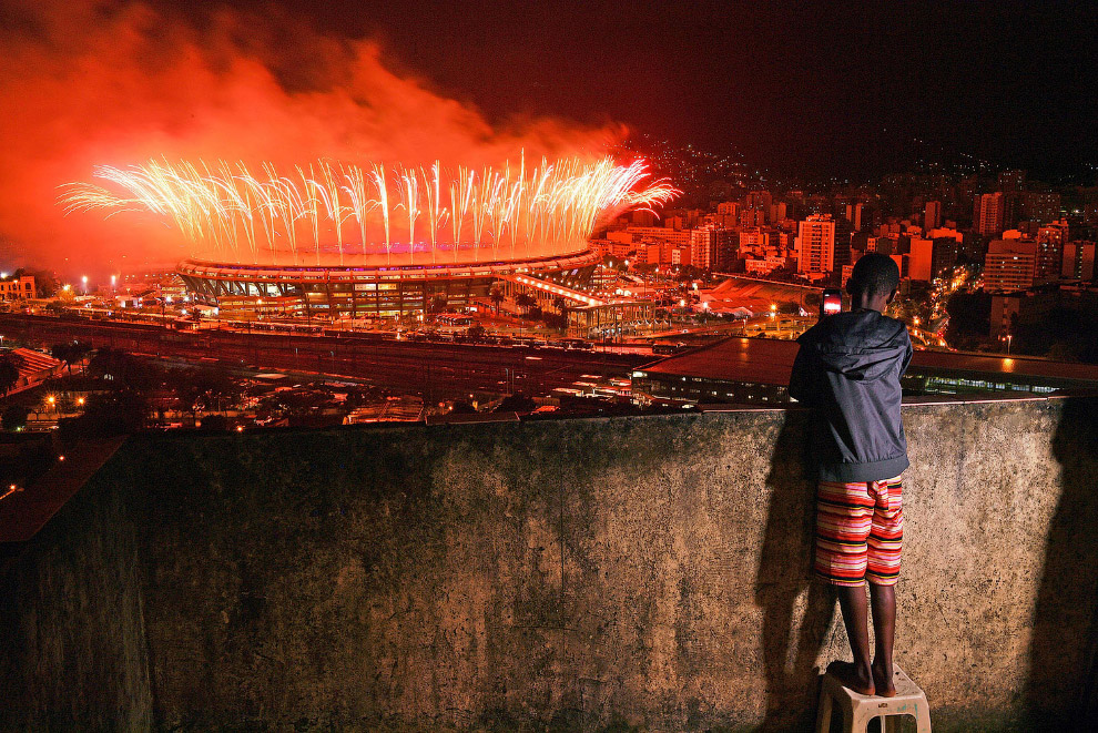 Финальный салют над «Мараканой», за которым наблюдают из фавел Рио