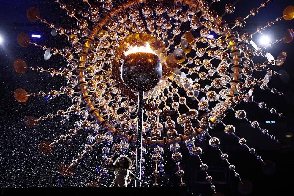 И вот они, последние минуты красивой чаши олимпийского огня.