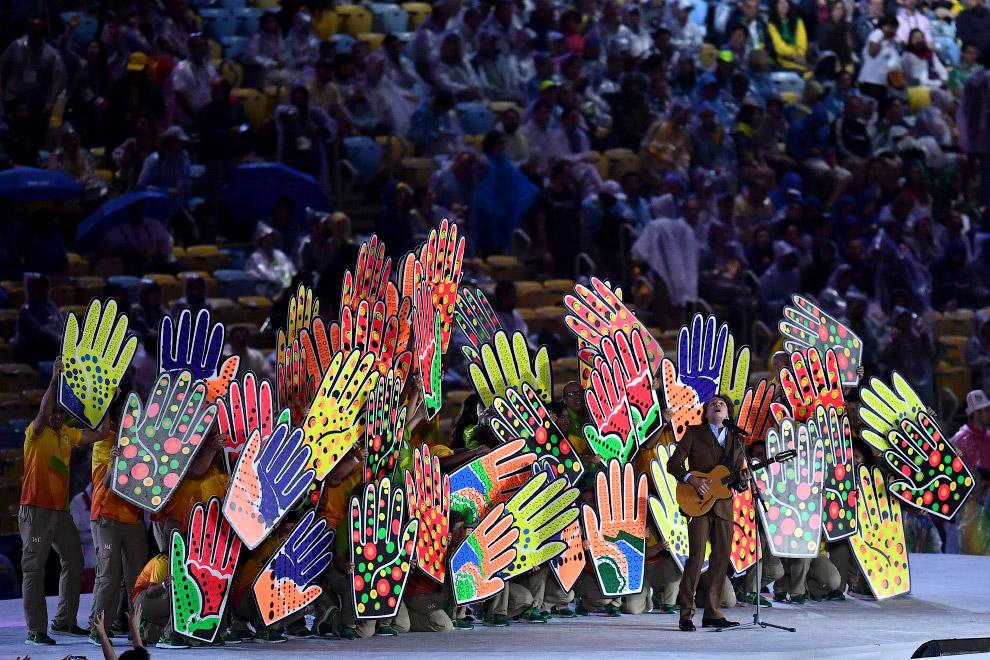 Танцы и песня Be Brasil — в честь волонтеров Олимпиады.