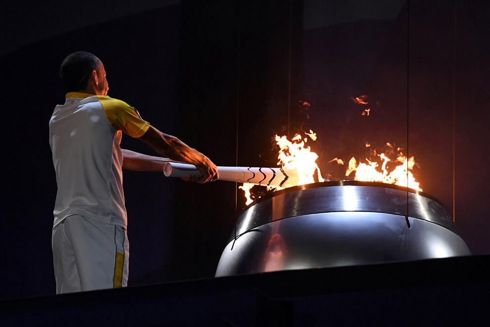 Известный бразильский марафонец Вандерлей Кордейру ди Лима зажигает Огонь Олимпийский игр 2016