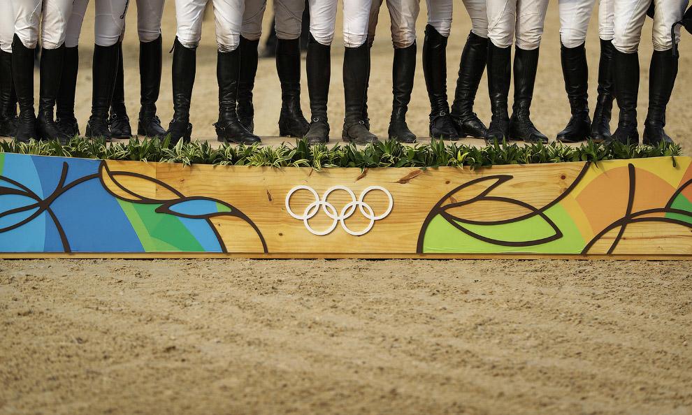 Французские, немецкие и австралийские команды по конному спорту получают медали Олимпиады в Рио на подиуме