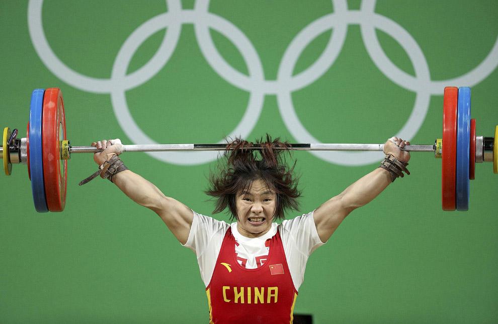 Китайская тяжелоатлетка, двукратная чемпионка мира Сян Яньмэй