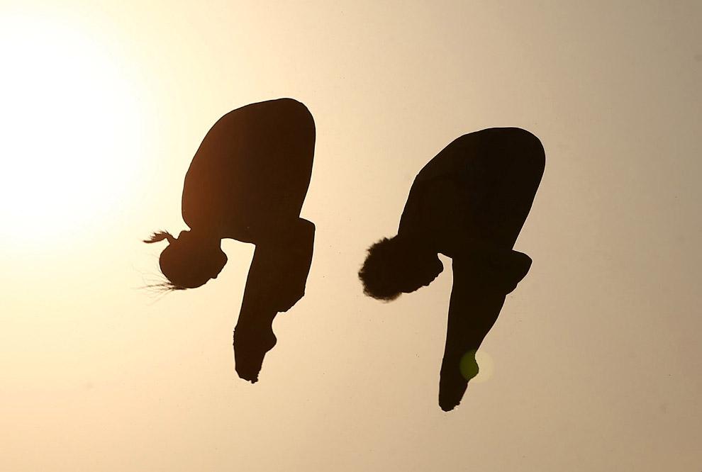 Соревнования по синхронным прыжкам в воду с 10-метрового трамплина