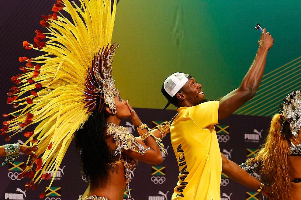 Усэйн Болт с бразильскими танцорами самбы на пресс-конференции