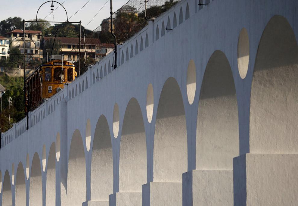 Трамвайчик на акведуке Кариока, бразильцы часто называют его Арка Лаппа