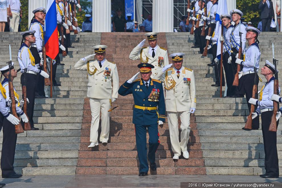 Парад принимают и.о. командующего ЮВО, генерал-полковник Александр Дворников и командующий Черноморским флотом адмирал Александр Витко