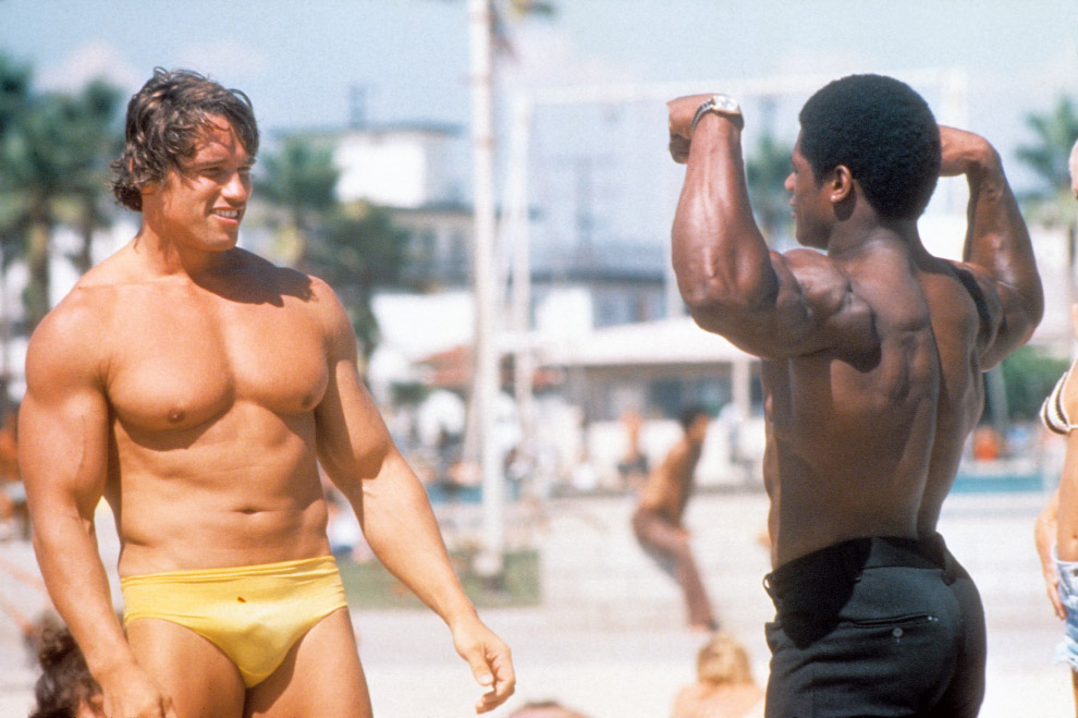 Арнольд Шварценеггер и другой культурист на пляже в Лос-Анджелесе, штат Калифорния, август 1977 года