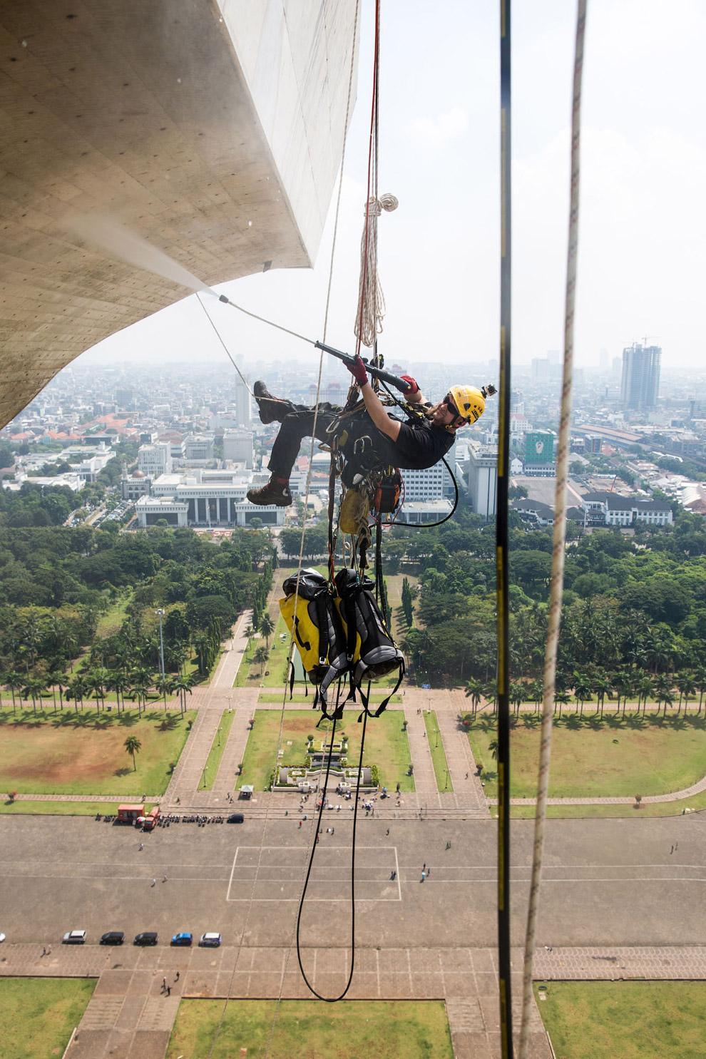 Мойка Национального монумента независимости — 132-метровой башни в Джакарте, Индонезия