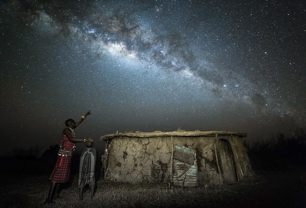 Отец рассказывает сыну о звездах, Кения