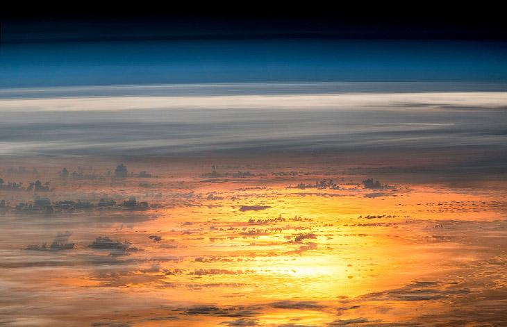 Так выглядит заход солнца с Международной космической станции
