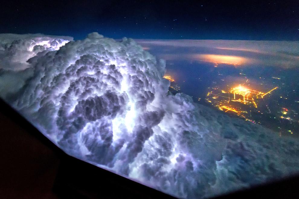 Молнии освещают облака изнутри. Необычное зрелище