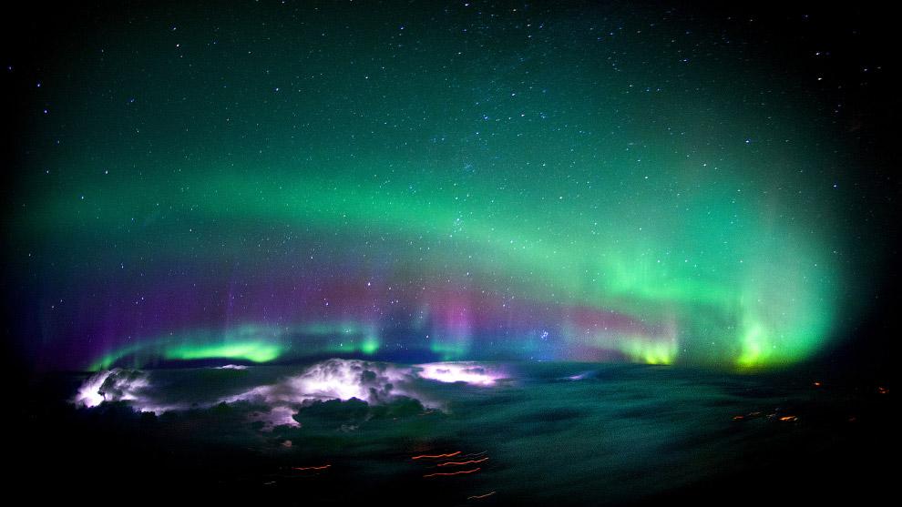 Северное сияние и облака, освещенные изнутри молниями