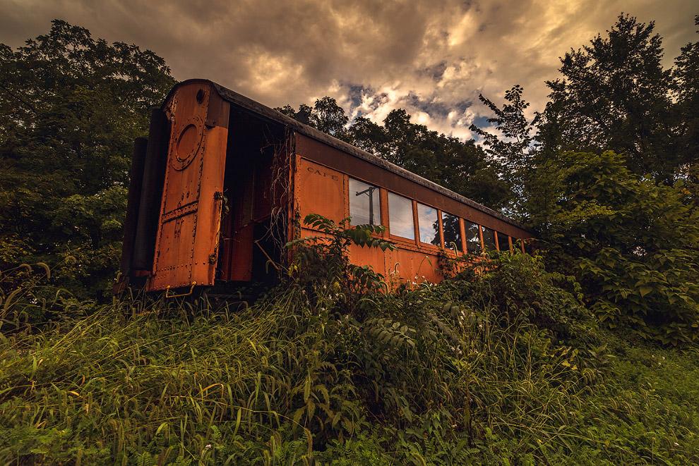 Эффектно ржавеющий вагон-ресторан бывшего поезда