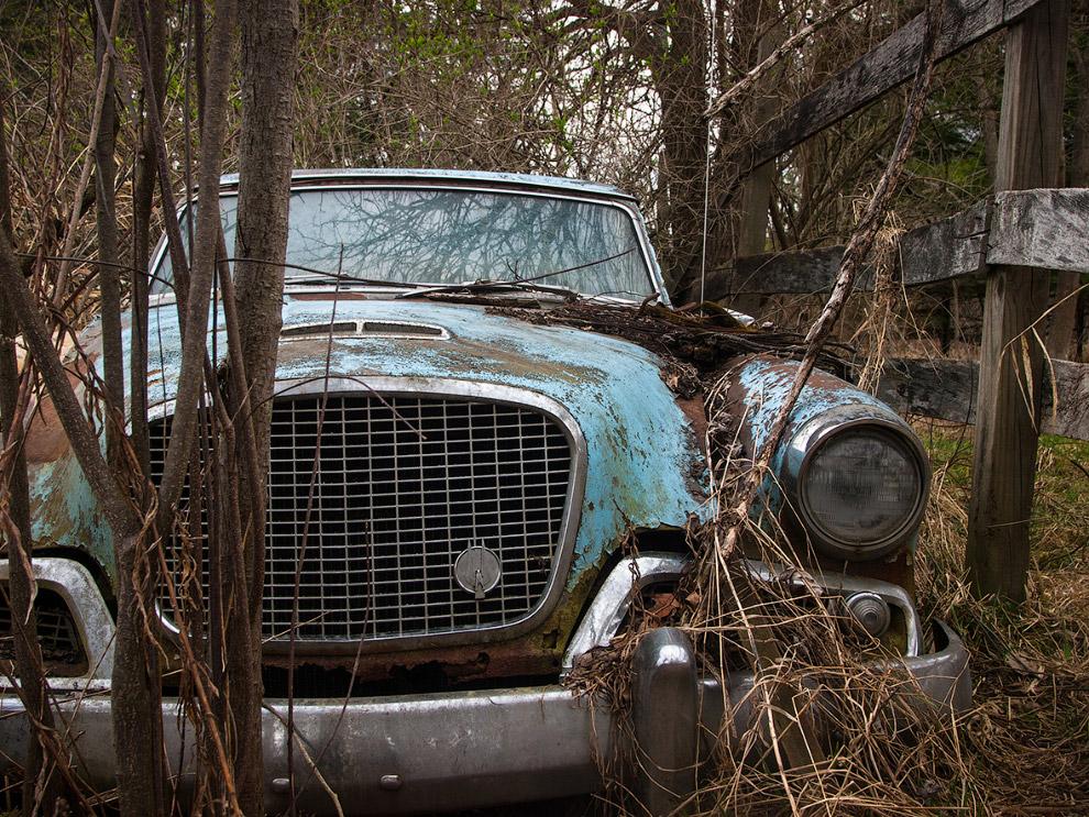 Брошенный автомобиль в сельской местности в Огайо