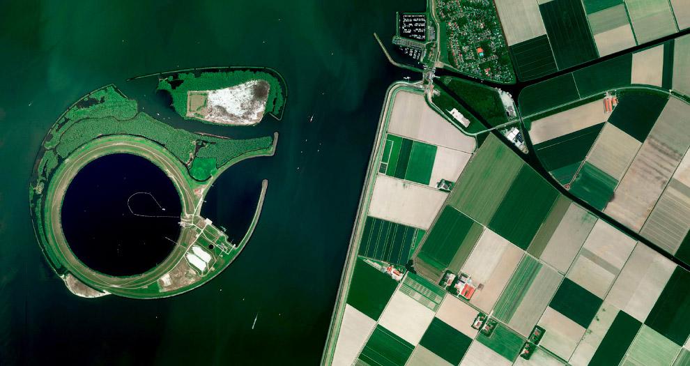 Эйсселог — искусственный остров в центре озера Кетелмер в Нидерландах
