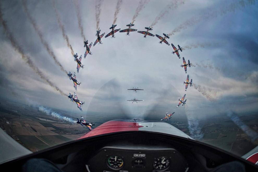 Самолет выполняет трюк в Чехии