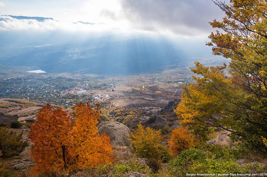 Вид на долину в подножия Демерджи и деревню Лучистое. Название деревне подходит просто идеально